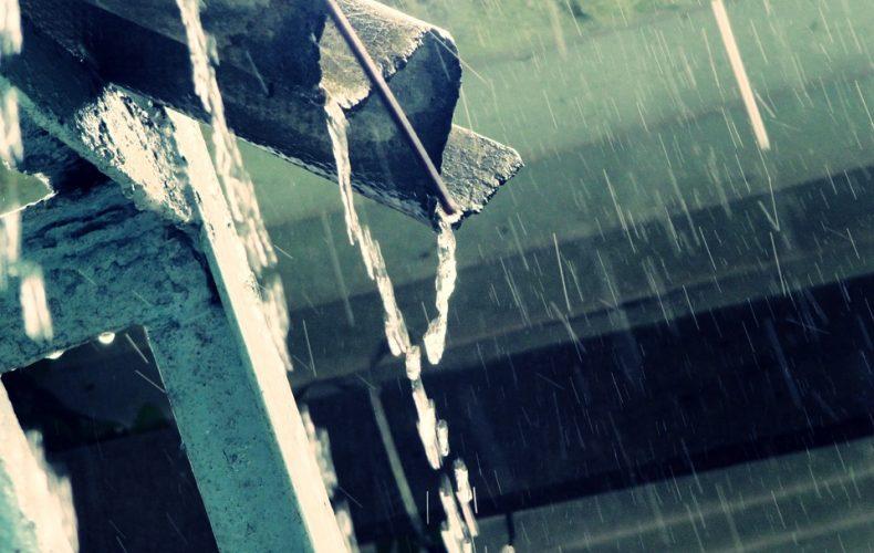 Regn løber ud af tagrende