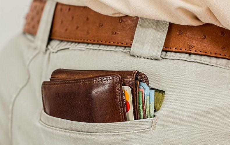 Pung med penge og kreditkort i baglomme